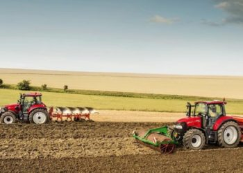 CaseIH_Luxxum_100_120_group_photo_arable_field_072016_DE_2708