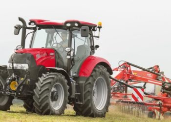 Case_IH_Maxxum_115_with_windrower