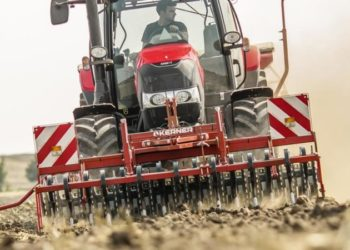 Case_IH_Maxxum_125_with_seeder